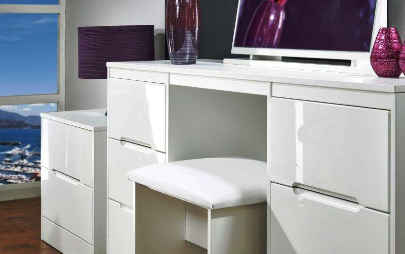 Image of: IKEA Micke Desk With Integrated Storage